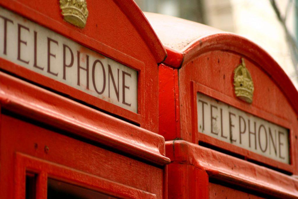 dettaglio di due cabine telefoniche londinesi