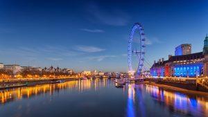 Il London Eye illumina la riva sud del Tamigi