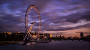 Il London Eye in movimento al crepuscolo