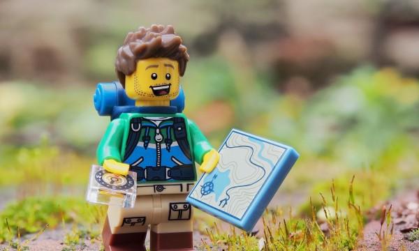 Escursionista con bussola e cartina geografica