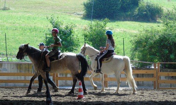 una passeggiata a cavallo durante il soggiorno estivo
