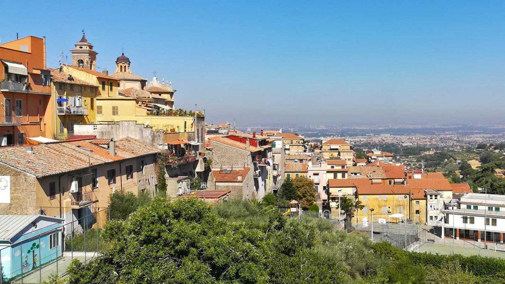 Uno scorcio di Marino che affaccia su Roma